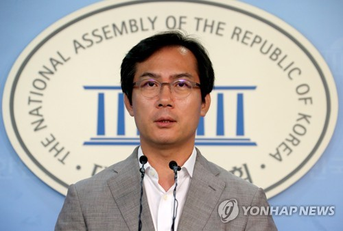 Rep. Kim Young-woo of the minor opposition Bareun Party speaks during a press conference at the National Assembly in Seoul on Sept. 3, 2017. (Yonhap)