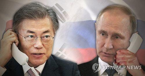 This image shows South Korean President Moon Jae-in (L) and Russian President Vladimir Putin. (Yonhap)