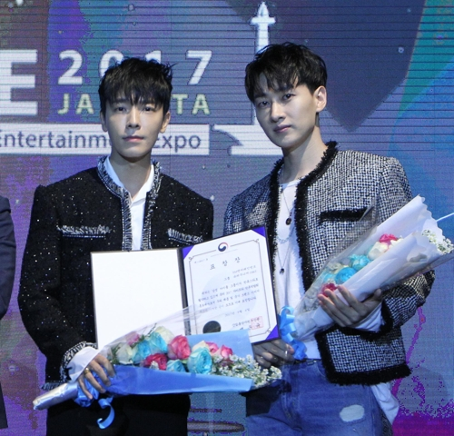 This photo provided by KOTRA shows Donghae (L) and Eunhyuk of the K-pop band Super Junior posing for the camera at the Korea Brand & Entertainment Expo 2017 in Jakarta on Sept. 4, 2017. The band received a commendation from the trade ministry for their contribution to promoting South Korean cultural products overseas. (Yonhap)