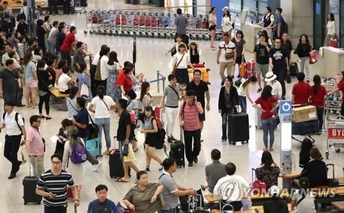 A file photo of tourists at Incheon International Airport on Aug. 11, 2017 (Yonhap)