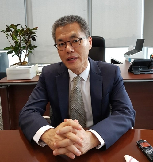 In this photo taken during an interview with Yonhap News Agency at the firm's office in Yeouido, Seoul on Sept. 7, 2017, Park Dong-suk, head of Oxy Reckitt Benckiser, explains the British company's future plans to restore consumer confidence in South Korea after the humidifier sterilizer case that took more than 100 lives. (Yonhap)