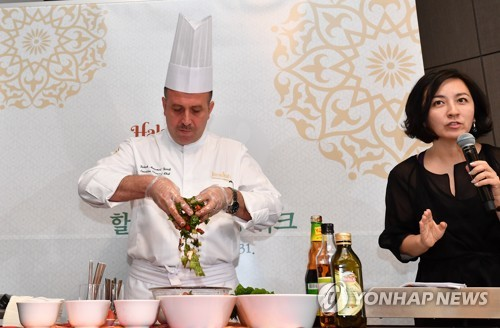 In this photo taken Sept. 7, 2017, Bahzad Mohammad Barafi, executive oriental chef at Madinat Jumeirah in the United Arab Emirates, shows how to cook halal food during a Halal Restaurant Week event arranged by the KTO in a Seoul hotel. (Yonhap)
