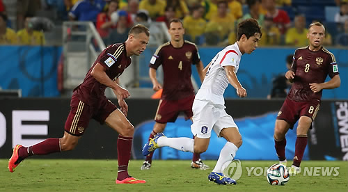 In this file photo taken on June 17, 2014, South Korea's Park Chu-young (2nd from R) dribbles past Russian defenders during the 2014 FIFA World Cup Group H between South Korea and Russia at Arena Pantanal, Cuiaba, Brazil. (Yonhap)