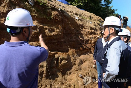 Paik Un-gyu, the chief of the Ministry of Trade, Industry and Energy, visits a fault line located near the epicenter of a 5.8 magnitude earthquake that hit Gyeongju in 2016 to mark the first anniversary of the nation's largest recorded quake on Sept. 12, 2017, in this photo provided by the ministry. (Yonhap)