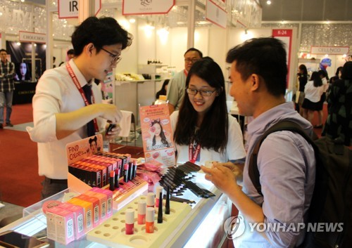 In this file photo taken June 15, 2017, South Korean staffers introduce local cosmetics products to a Vietnamese customer at the K-Beauty Expo in Ho Chi Minh City, Vietnam. (Yonhap)