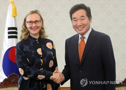 Prime Minister Lee Nak-yon (R) shakes hands with Finland's Parliamentary Speaker Maria Lohela during a meeting in Seoul on Sept. 13, 2017. (Yonhap)