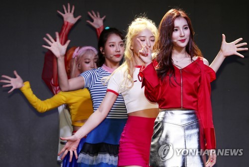 K-pop girl group Elris performs on stage during a media showcase on Sept. 13, 2017, held at Yes24 MUV Hall in western Seoul. (Yonhap)