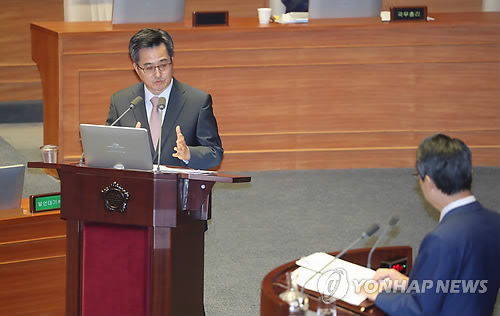 Finance Minister Kim Dong-yeon (L) speaks during a parliamentary interpellation session on Sept. 13, 2017. (Yonhap)