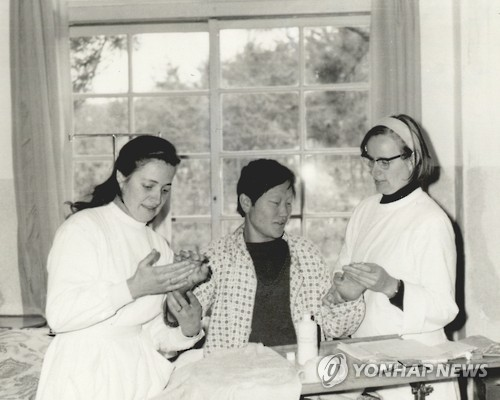 This undated photo shows Marianne Stoeger (R) and Margareta Pissar (L) taking care of a leprosy patient on the South Korean island of Sorok.