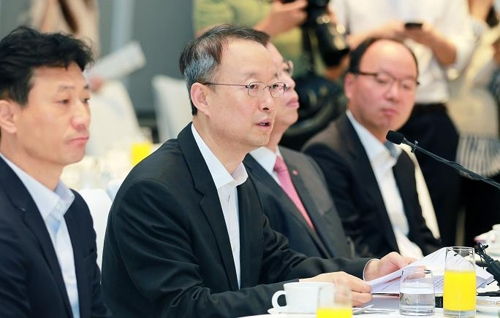 In this photo provided by the trade ministry, South Korea's Minister of Trade, Industry and Energy Paik Un-gyu (C) speaks at a breakfast meeting with businesspeople in Seoul on Sept. 14, 2017. (Yonhap)