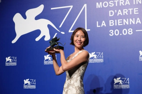 In this photo provided by the National Museum of Modern and Contemporary Art (MMCA), South Korean filmmaker Gina Kim wins the best virtual reality story award at the 74th Venice International Film Festival that ran from Aug. 30 to Sept. 9, 2017 (Yonhap).
