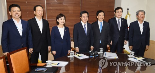 South Korea's Finance Minister Kim Dong-yeon (4th from L) and other officials pose at a policy meeting in Seoul on Sept. 14, 2017. (Yonhap)