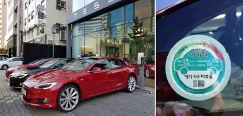 In this photos taken on Sept. 13, 2017, Tesla Motors' Model S 90D all-electric models (L) are charging at the U.S. carmaker's showroom in Cheongdam, southern Seoul. (Yonhap)