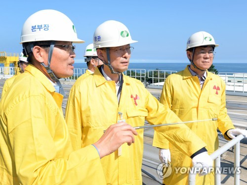 Paik Un-gyu, the chief of the Ministry of Trade, Industry and Energy, visits the Wolsong No. 1 reactor in Gyeongju, 370 kilometers southeast of Seoul, on Sept. 12, 2017. This photo was provided by the ministry. (Yonhap)