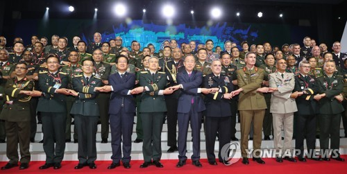 Participants in the 10th Pacific Armies Chiefs Conference (PACC) pose for a photo at the opening of the meeting at the Grand Hyatt hotel in Seoul on Sept. 18, 2017. (Yonhap)