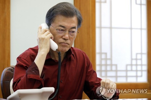 South Korean President Moon Jae-in holds a telephone conversation with U.S. President Donald Trump at his presidential office Cheong Wa Dae, which provided the photo, in Seoul on Sept. 17, 2017. (Yonhap)