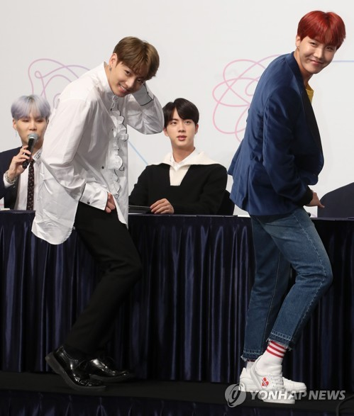 "BTS members Jungkook (front, L) and J-Hope (front, R) perform dance choreography for the group's new song ""DNA"" during a press conference at Lotte Hotel in central Seoul on Sept. 18, 2017. (Yonhap)"