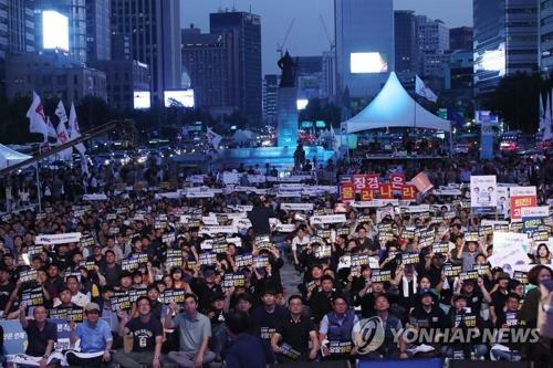 Protesters at KBS and MBC, South Korea's two major networks, gather at Gwanghwamun Plaza in Seoul on Sept. 8, 2017, to demand the management step down. (Yonhap)