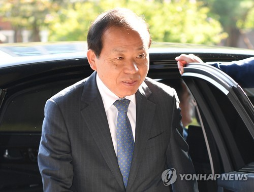 Constitutional Court Acting Chief Justice and nominee for the post Kim Yi-su walks into the court building on Sept. 18, 2017. (Yonhap)