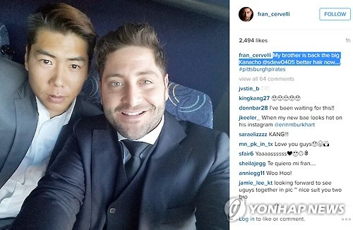 Pittsburgh Pirates' catcher Francisco Cervelli (R) poses with his South Korean teammate Kang Jung-ho in this Instagram photo captured on May 6, 2016. (Yonhap)