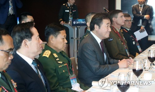 Prime Minister Lee Nak-yon (C) is seated at a welcoming lunch for Army chiefs from dozens of countries attending the 10th Pacific Armies Chiefs Conference (PACC) on Sept. 20, 2017. (Yonhap)