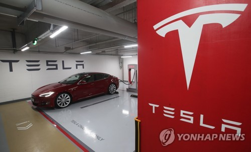 In this photo taken on May 25, 2017, Tesla's Model S 90D sedan charges using a supercharger at a charging station located in the Grand Interncontinental Hotel in southern Seoul. (Yonhap)