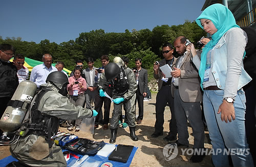 This file photo shows foreign delegates taking a class during a 2013 anti-chemical weapon training session offered by South Korea's CBR Defense Command. (Yonhap)