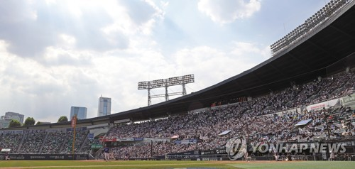 This file photo, taken Sept. 3, 2017, shows a Korea Baseball Organization regular season game between the home team Doosan Bears and the Samsung Lions at Jamsil Stadium in Seoul. (Yonhap)