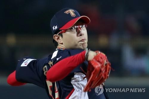 Yang Hyeon-jong of the Kia Tigers throws a pitch against the LG Twins in his club's Korea Baseball Organization game at Gwangju-Kia Champions Field in Gwangju on Sept. 26, 2017. (Yonhap)
