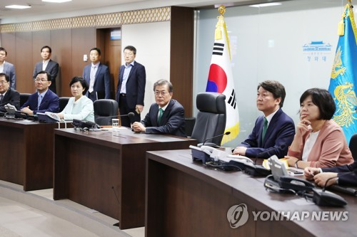President Moon Jae-in and the leaders of major parties visit the presidential office's underground crisis management center on Sept. 27, 2017, in this photo provided by his office. (Yonhap)