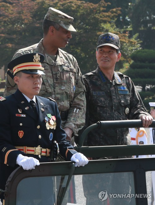 Gen. Vincent K. Brooks (C), commander of the U.S. Forces Korea, talks with Gen. Jeong Kyeong-doo (R), chairman of South Korea's Joint Chiefs of Staff, jointly inspecting honor guards at the U.S. Army Garrison in Yongsan, Seoul, on Sept. 26, 2017. (Yonhap)