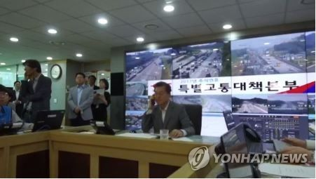 President Moon Jae-in reports traffic conditions live at the local radio station tbs in Seongnam, south of Seoul, on Oct. 2, 2017, in this photo captured from the Facebook page of the presidential office Cheong Wa Dae. (Yonhap)
