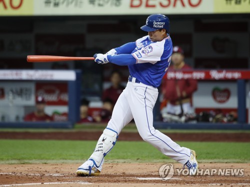 Lee Seung-yuop of the Samsung Lions connects for a solo home run against the Nexen Heroes in the third inning of their Korea Baseball Organization game at Daegu Samsung Lions Park in Daegu on Oct. 3, 2017. This was Lee's final KBO game. (Yonhap)