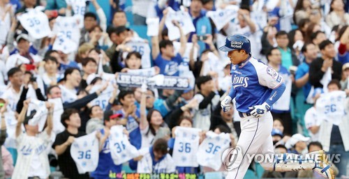 Lee Seung-yuop of the Samsung Lions rounds third base after hitting a two-run shot against the Nexen Heroes in the first inning of their Korea Baseball Organization game at Daegu Samsung Lions Park in Daegu on Oct. 3, 2017. This was Lee's final KBO game. (Yonhap)