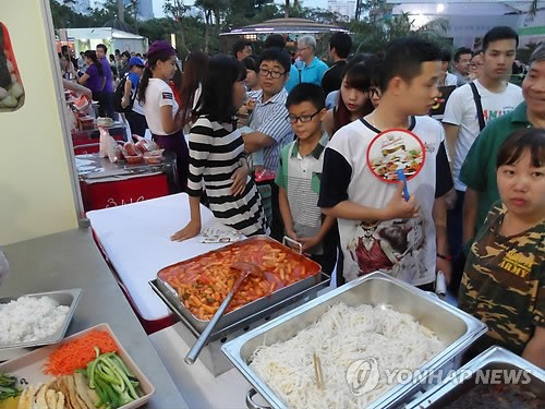 This undated file photo shows visitors to a Korean food festival in Vietnam. (Yonhap)