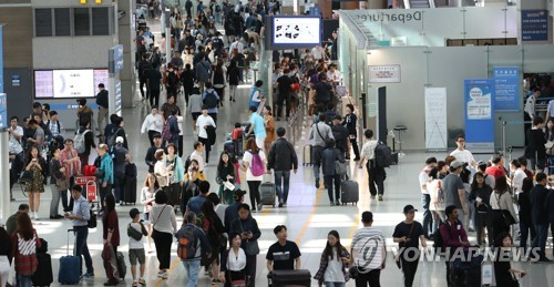 This photo taken on Oct. 2, 2017, shows passengers using Incheon International Airport during South Korea's Chuseok fall harvest holiday. (Yonhap)