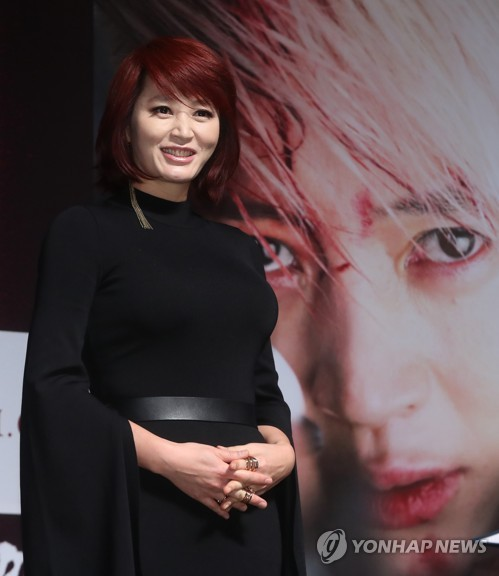 """Actress Kim Hye-soo poses for photographers during a news conference for """"A Special Lady"""" at a cinema in southern Seoul on Oct. 10, 2017. (Yonhap)"""