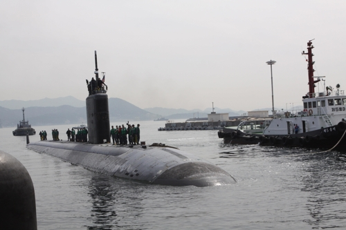 The Los Angeles-class attack submarine USS Tucson (SSN 770) pulls into Jinhae, South Gyeongsang Province, in this file photo posted on the Pacific Command's website. (Yonhap)