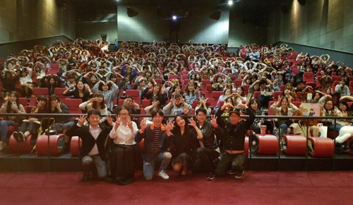 "In this photo provided by Little Big Pictures, the main cast and moviegoers of ""I Can Speak"" pose for photos at a Seoul theater to celebrate the film's topping 3 million in attendance on Oct. 10, 2017. (Yonhap)"