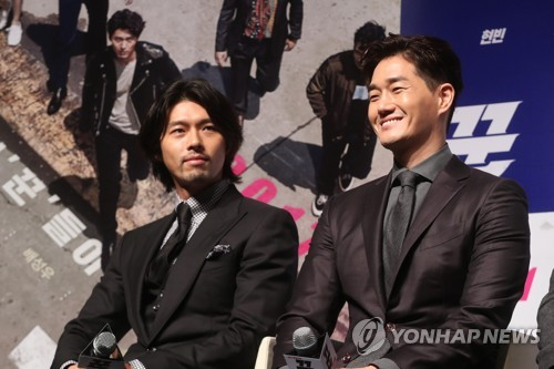 "Actors Hyun Bin (L) and Yoo Ji-tae (R) are seen at a press conference for their upcoming movie ""The Swindlers"" at the CGV Apgujeong theater in southern Seoul on Oct. 11, 2017. (Yonhap)"