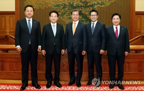 President Moon Jae-in (c) poses for a picture with ruling and opposition party lawmakers ahead of their meeting at the presidential office Cheong Wa Dae on Oct. 11, 2017. They are (from L) Rep. Kim Doo-gwan of the ruling Democratic Party, Rep. Chung Dong-young of the People's Party, Moon, Rep. Choung Byoung-gug of the Bareun Party and Rep. Lee Seok-hyun of the ruling Party. (Yonhap)