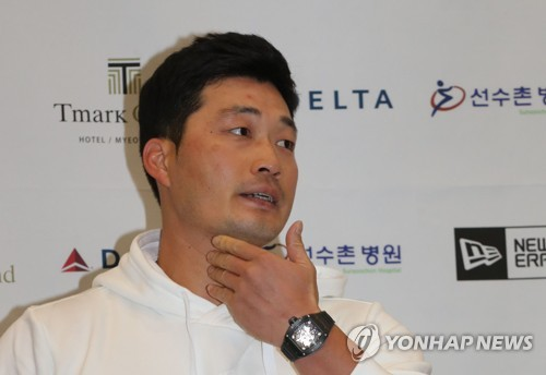 South Korean pitcher Oh Seung-hwan, a free-agent-to-be who pitched for the St. Louis Cardinals the past two years, speaks to reporters at Incheon International Airport on Oct. 11, 2017. (Yonhap)