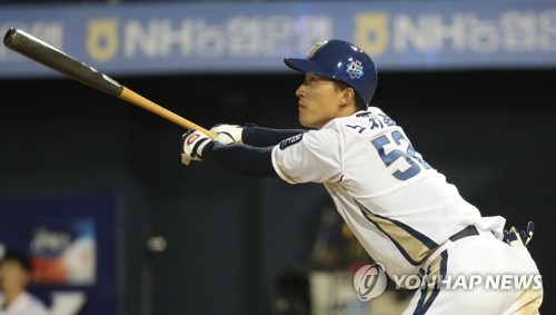 No Jin-hyuk of the NC Dinos watches his solo home run against the Lotte Giants in the bottom of the eighth inning in Game 3 of the clubs' first round Korea Baseball Organization postseason series at Masan Stadium in Changwon, South Gyeongsang Province, on Oct. 11, 2017. (Yonhap)