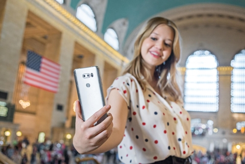 A model poses with LG Electronics Inc.'s V30 smartphone in this photo released by the company on Oct. 12, 2017. (Yonhap)
