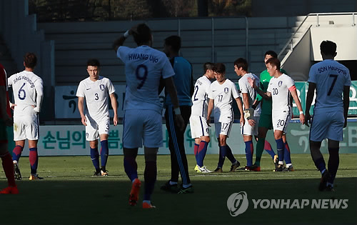 South Korea's national football team players react after they lost 3-1 to Morocco in a friendly football match at Tissot Arena in Biel/Bienne, Switzerland, on Oct. 10, 2017. (Yonhap)