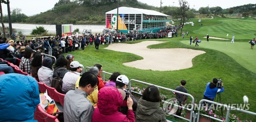Fans take in the action at the ninth hole in the first round of the LPGA KEB Hana Bank Championship at Sky 72 Golf & Resort's Ocean Course in Incheon on Oct. 12, 2017, in this photo provided by the tournament organizing committee. (Yonhap)