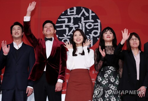 """Director Shin Suwon (R) and main cast members of the """"Glass Garden"""" pose for photos during a press conference for the film on Oct. 12, 2017. (Yonhap)"""