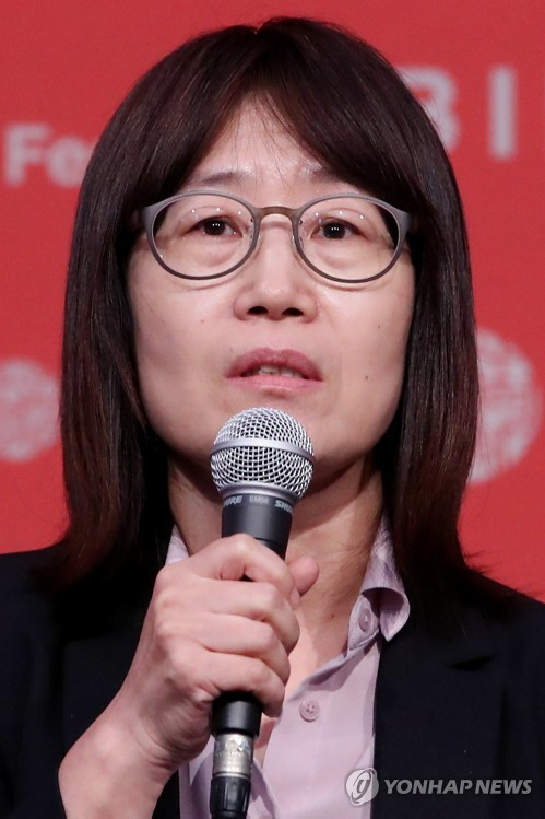 """South Korean filmmaker Shin Suwon speaks during a press conference for """"Glass Garden"""" at the 22nd Busan International Film Festival on Oct. 12, 2017. (Yonhap)"""