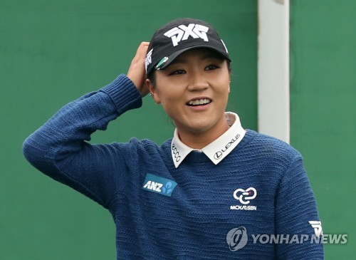 Lydia Ko of New Zealand enters the teeing ground at the first hole in the first round of the LPGA KEB Hana Bank Championship at Sky 72 Golf & Resort's Ocean Course in Incheon on Oct. 12, 2017. (Yonhap)