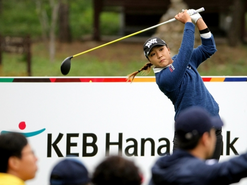 Lydia Ko of New Zealand tees off at the fifth hole in the first round of the LPGA KEB Hana Bank Championship at Sky 72 Golf & Resort's Ocean Course in Incheon on Oct. 12, 2017, in this photo provided by the tournament organizing committee. (Yonhap)